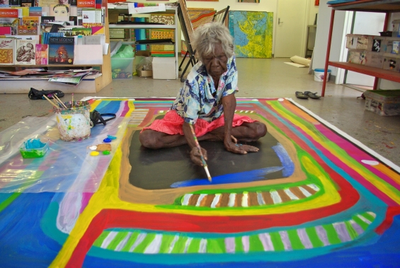 Dolly Snell painting at Mangkaja Arts studio. © Mangkaja Arts Resource Agency 2014