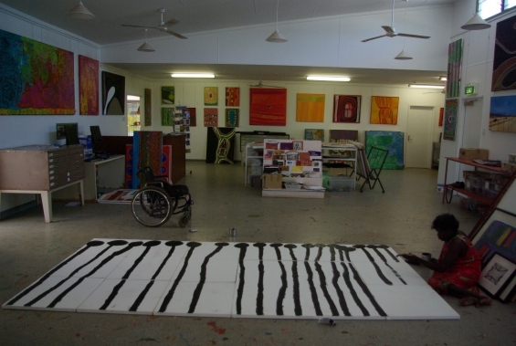Lisa Uhl painting at Mangkaja Arts studio. © Mangkaja Arts Resource Agency 2014