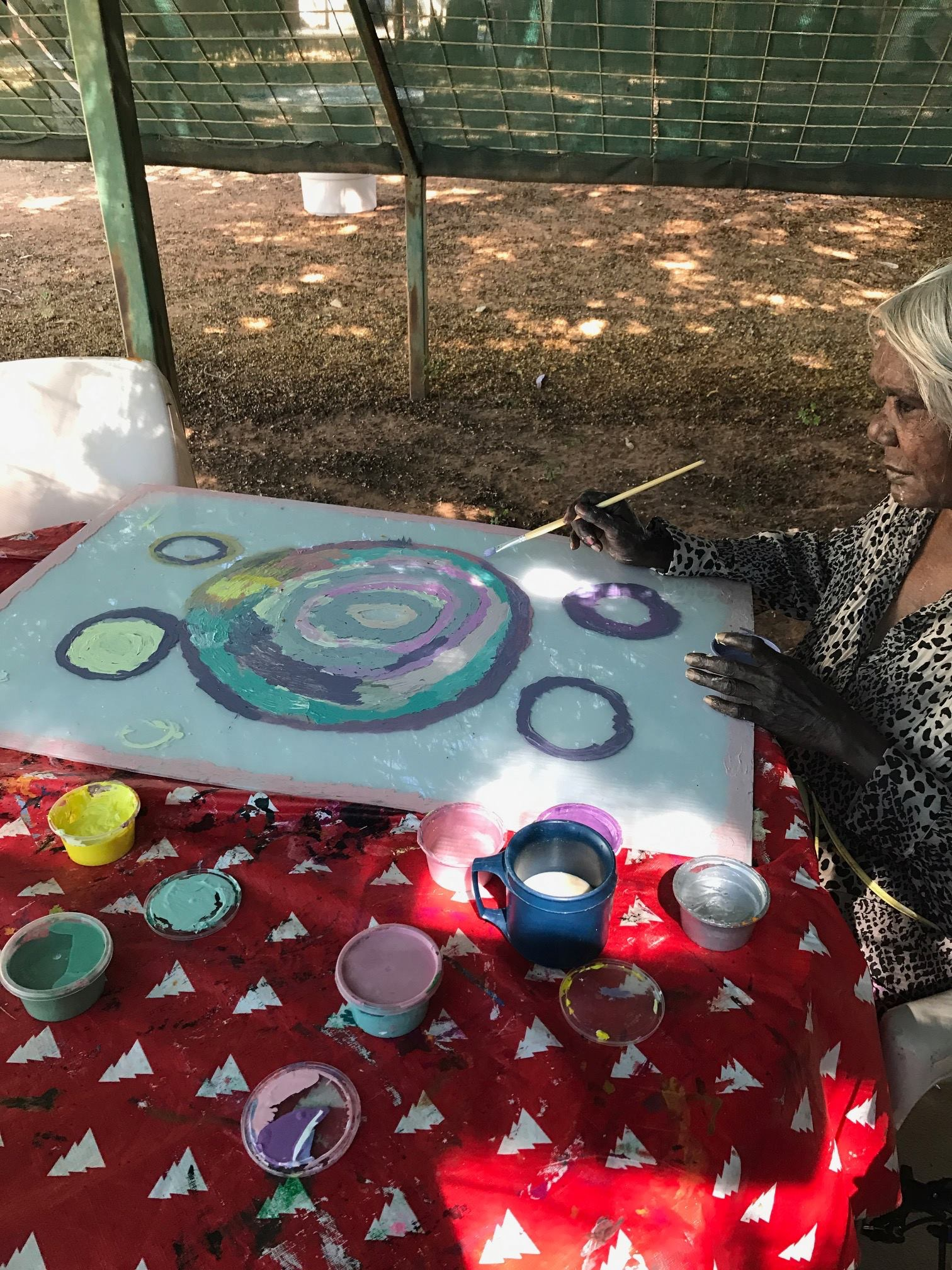 The gentle Rosie Uhl working on her Perspex at Gwardi Aged Care © Mangkaja Arts 2017
