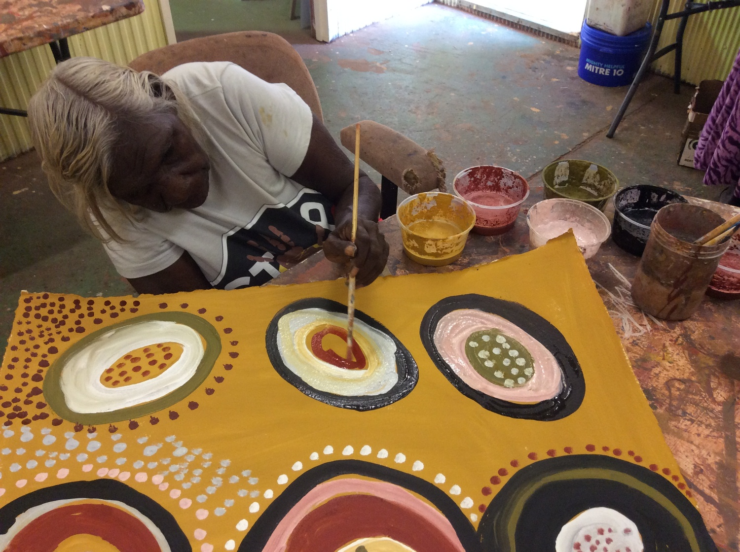 Artist Mary Teresa Taylor painting in the Kira Kiro Art Centre Studio © AGWA 2015