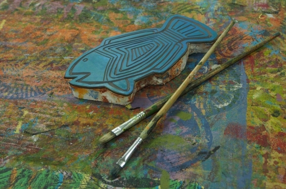 Engraved lino block by Martha Lee and paint brushes in the Nagula Jarndu studio © AGWA 2015