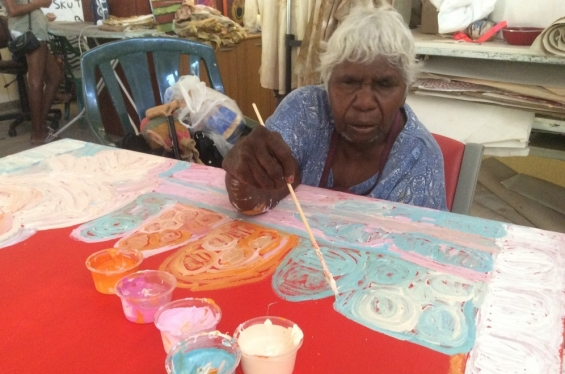 Artist Sonia Kurarra painting in the Mangkaja Art Centre studio in Fitzroy Crossing. Nov 2017 © AGWA 2017