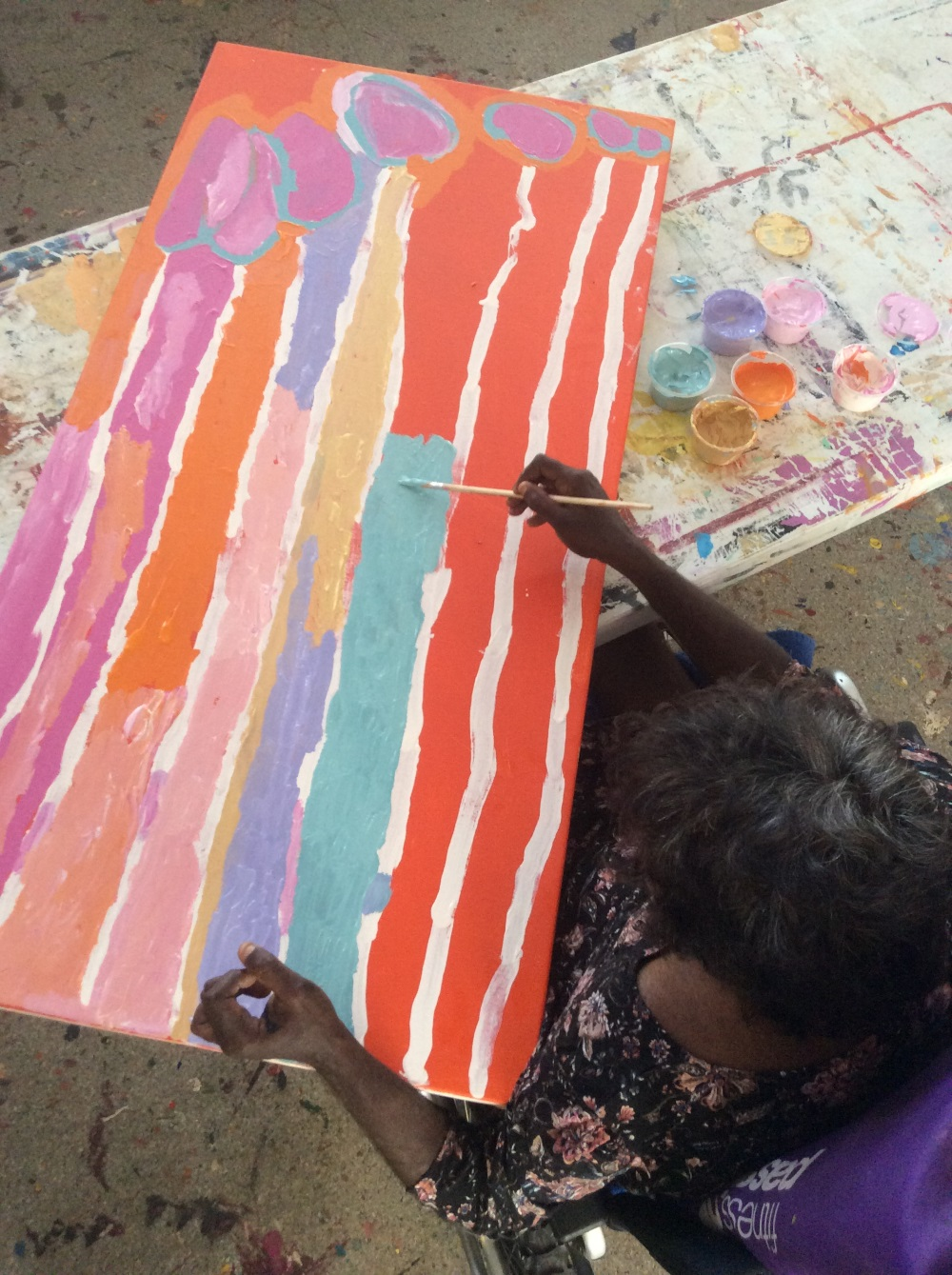 Artist Lisa Uhl painting in the Mangkaja Art Centre studio in Fitzroy Crossing. Nov 2017 © AGWA 2017