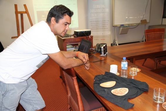 Garry Sibosado presenting his carved pearl shells to the rest of the participants at the 2015 Visual Arts Leadership Program at Notre Dame University, Broome © AGWA