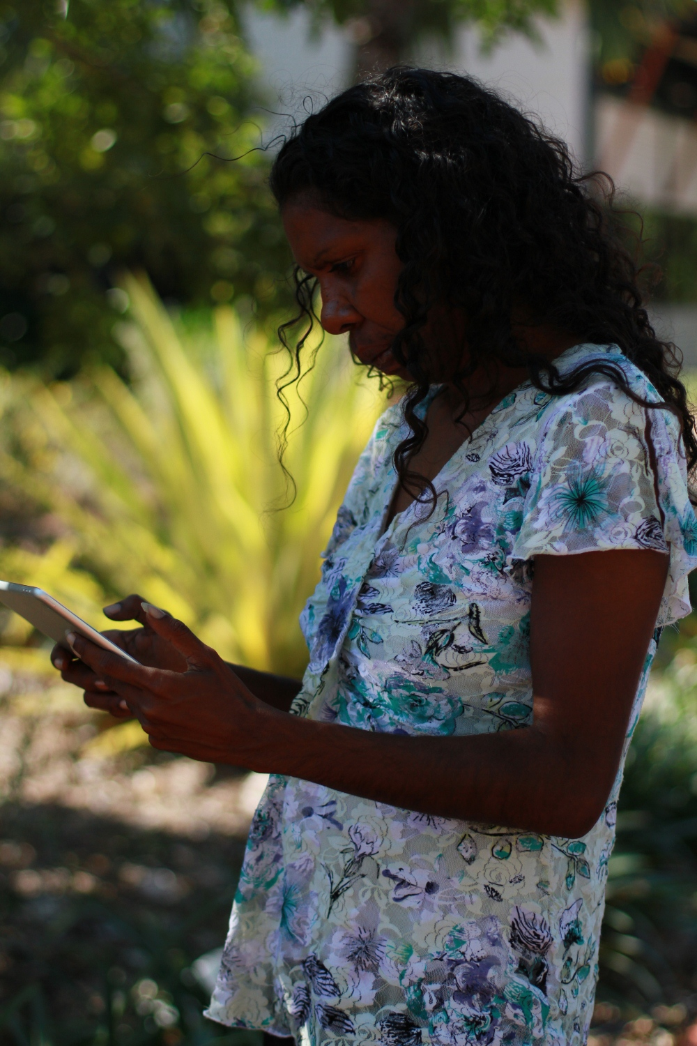 Amanda Smith filming and editing on an iPad during the 2015 Visual Arts Leadership Program Workshop in Broome © AGWA
